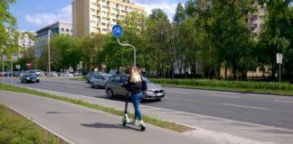 Hulajnoga na drodze dla rowerów