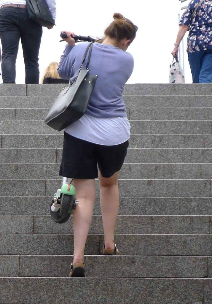 Hulajnoga dla kobiety - wnoszenie po schodach nie jest przyjemne