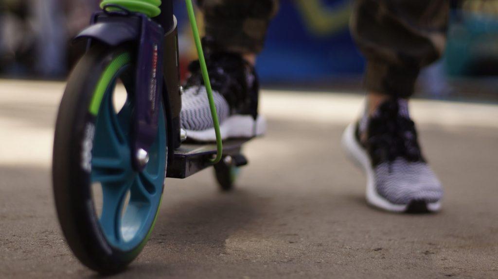 Hulajnoga czy rower do miasta? Oba pojazdy mają swoje plusy