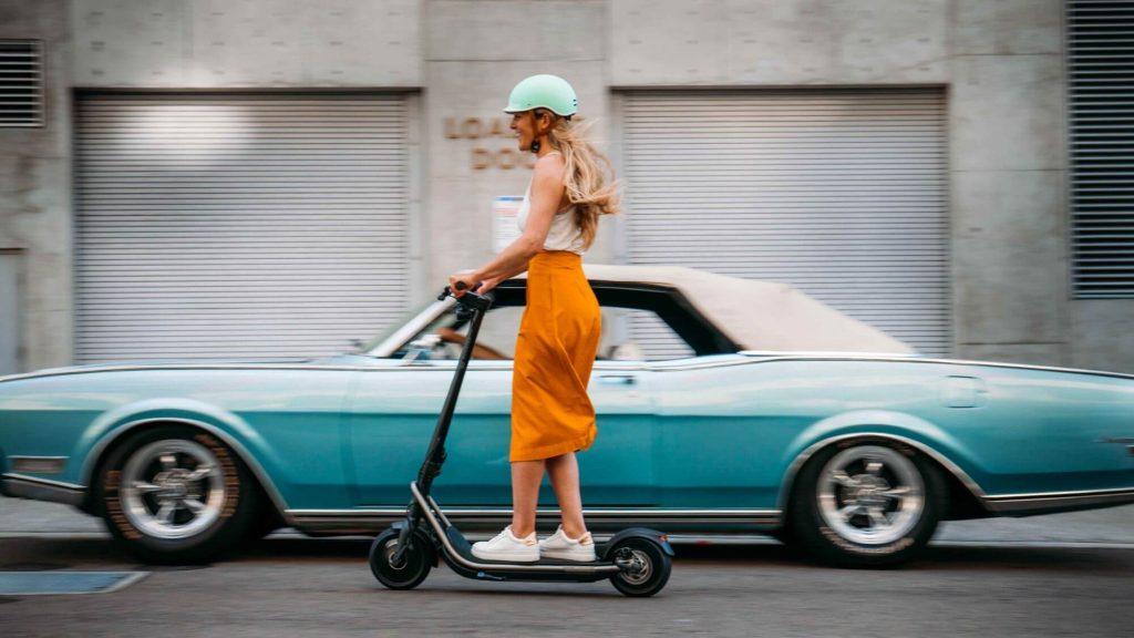Hulajnoga elektryczna to pojazd, na którym można wygodnie jeździć w spódnicy czy sukience
