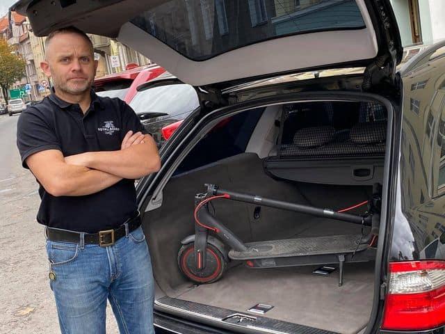Aleksander Pitura - w bagażniku hulajnoga elektryczna, której chce używać także w Niemczech