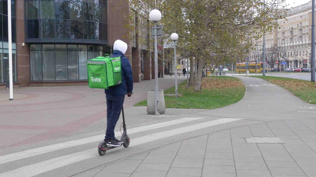 Dostawa jedzenia (food delivery) przy użyciu hulajnogi elektrycznej