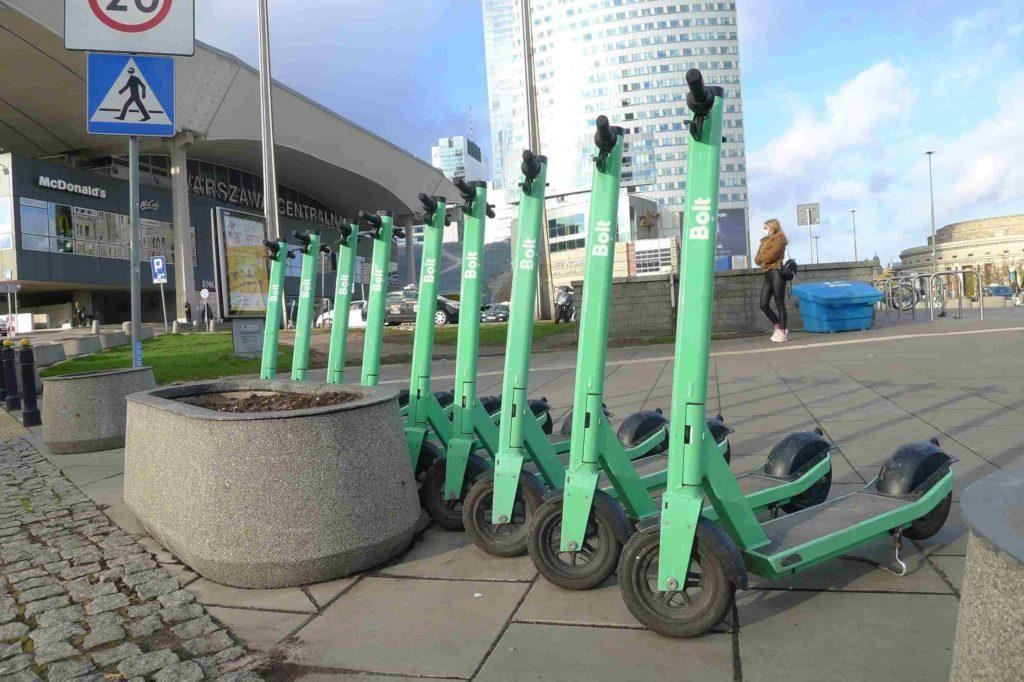 Hulajnogi Bolt w Warszawie. Parkowanie a nowe regulacje