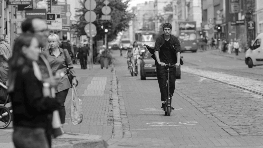 Elektryczne pojazdy ZEV powinny jeździć po drogach rowerowych - postuluje LEVA-EU