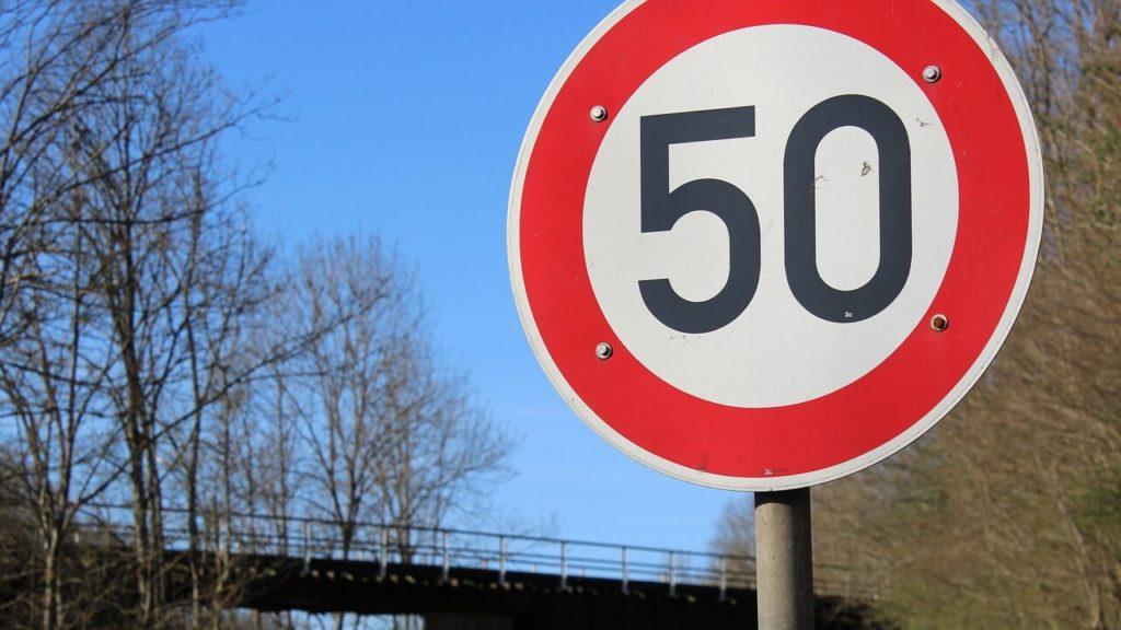Senat chce dopuścić elektryczne hulajnogi także na niektórych drogach z ograniczeniem do Hulajnogi 50 km/h