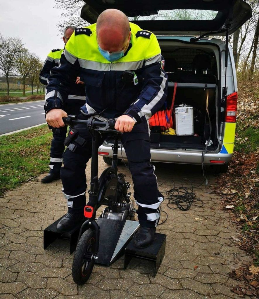 Dynamometr w akcji - policja w Niemczech kontroluje parametry pojazdu elektrycznego