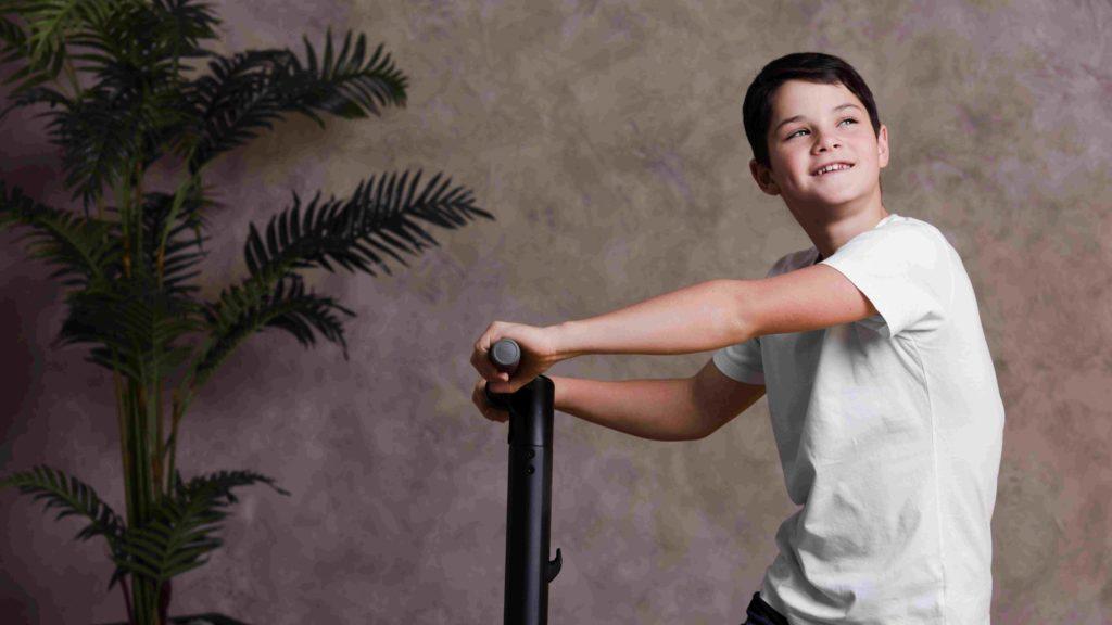 Nastolatek z elektryczną hulajnogą