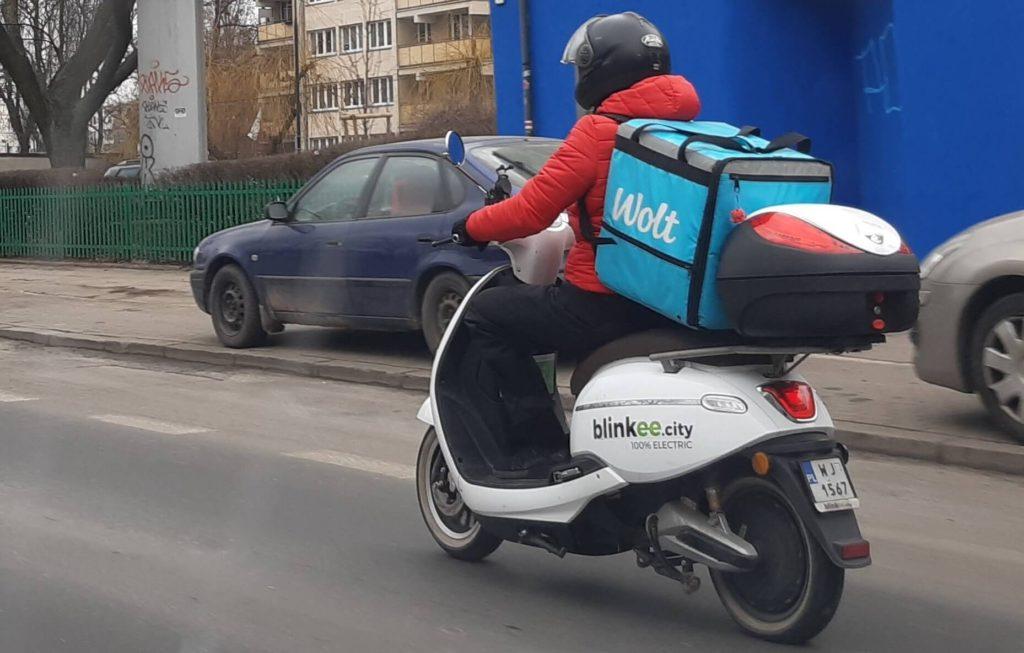 Dostawca jedzenia na skuterze Blinkee
