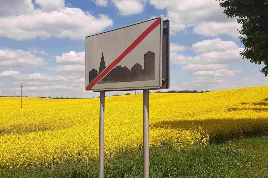 Znak D-43: Koniec obszaru zabudowanego Pojawiła się nadzieja, że elektryczna hulajnoga będzie miała sens także za miastem