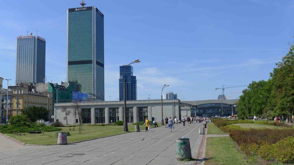 Warszawa to miasto rozległe i mało zwarto, więc elekrtyczna hulajnoga powinna mieć spory zasięg