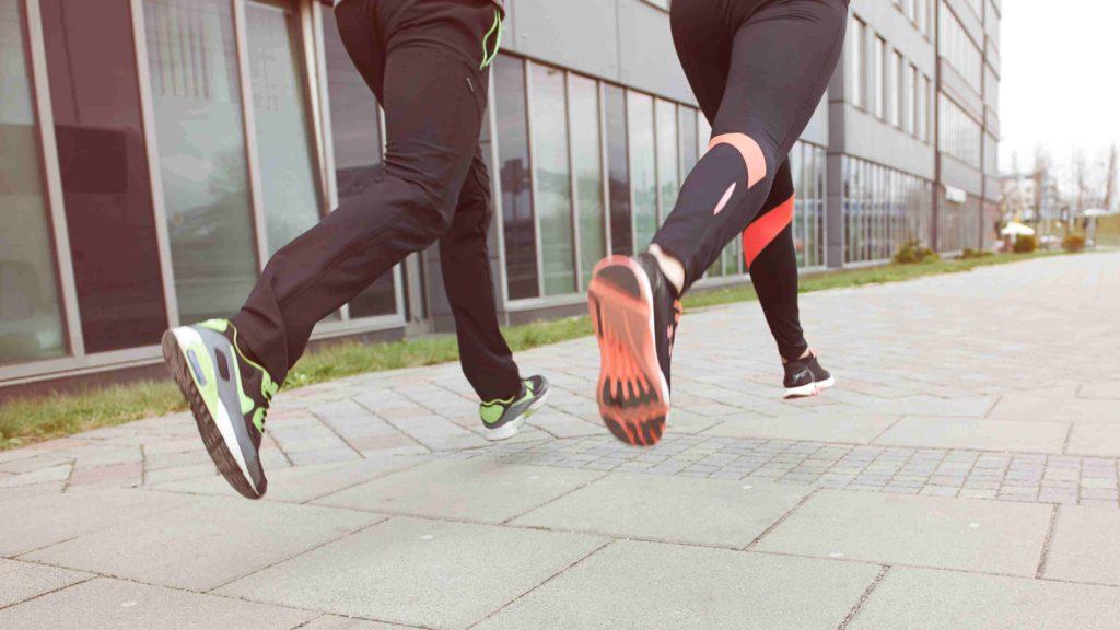 Biegacze w mieście poruszają się z prędkością kilkunastu km/h