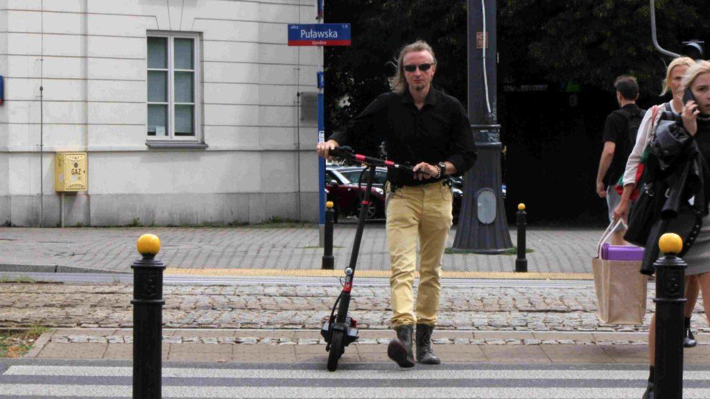 Elektryczna hulajnoga a przejście dla pieszych - przez zebrę należy ją przeprowadzić
