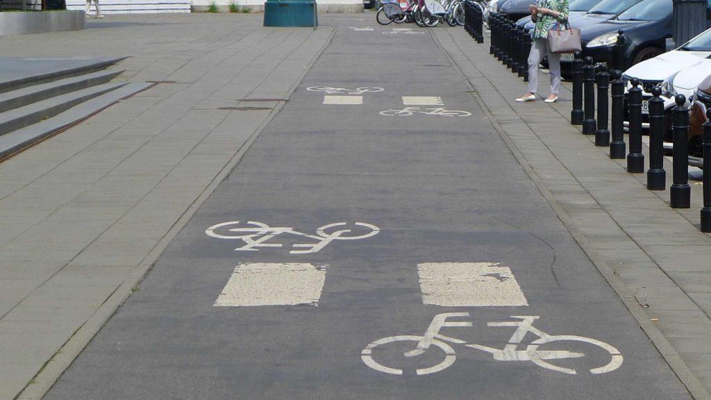 Takie zebry to formalnie nie jest przejście dla pieszych - elektryczna hulajnoga nie musi tu ustępować pierwszeństwa. Ale może.