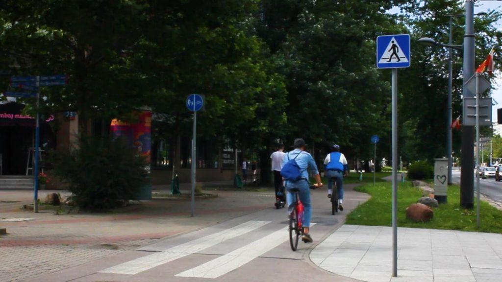 Przepisowo oznakowane przejście dla pieszych przez drogę dla rowerów