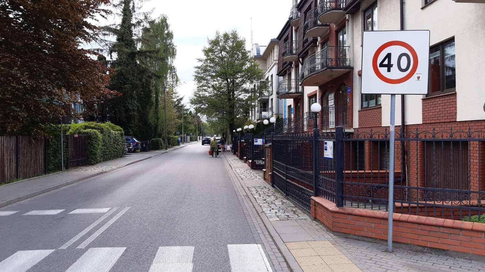 Jezdnia z ograniczeniem 40 km/h - według KGP elektryczne hulajnogi mają obowiązek jechać tu chodnikiem