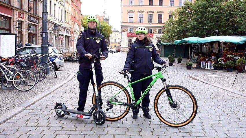 Strażnicy miejscy z elektryczną hulajnogą i rowerem - Wrocław