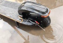 Czy hulajnoga elektryczna można jeździć w deszczu lub przez kałuże?