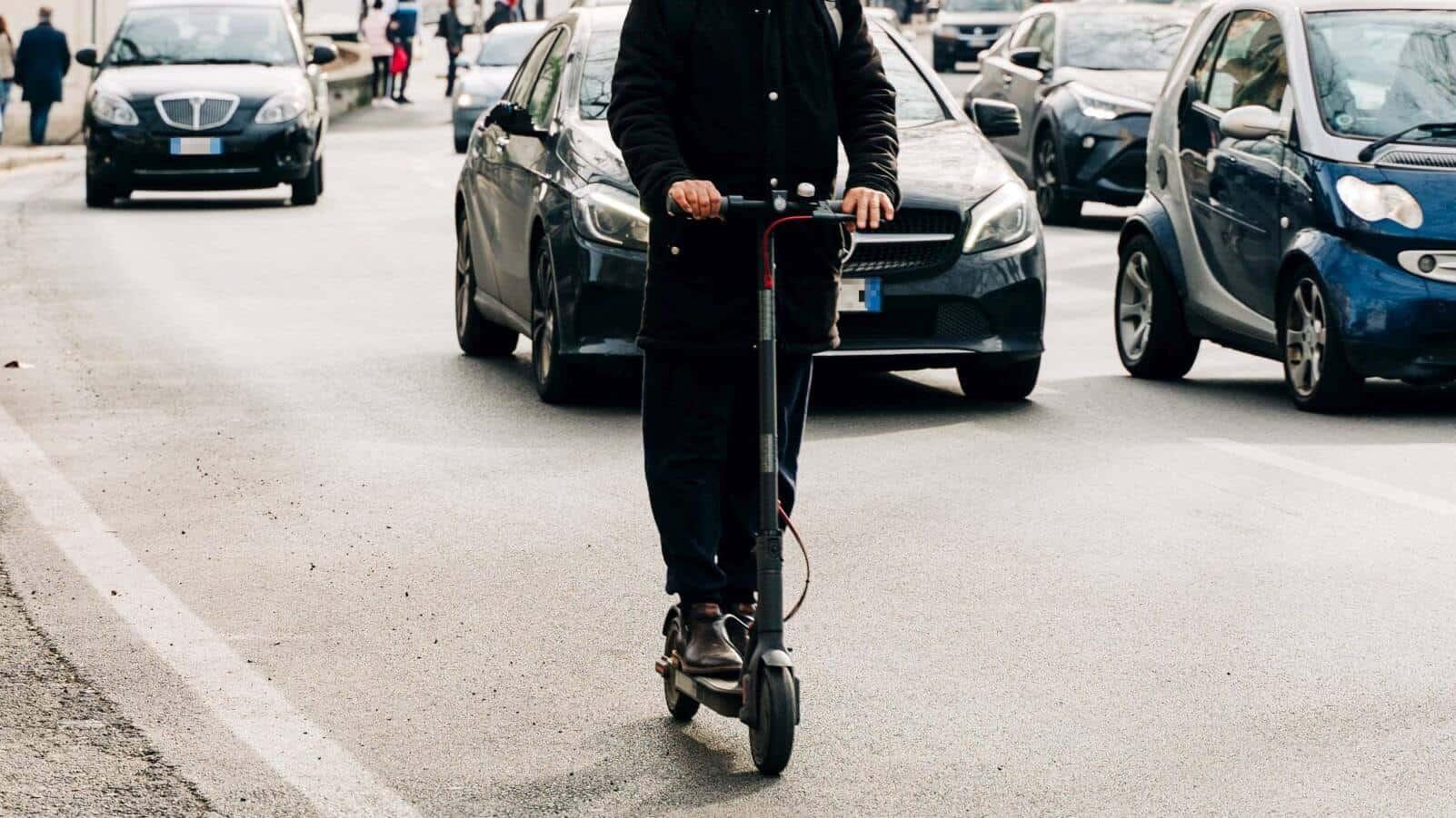 Użytkownik elektrycznej hulajnogi ma prawo jechać po jezdni
